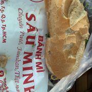 Lâu rồi kg ăn bánh mì bò sáu minh! Hôm nay ăn lại mới biết bánh mì bì Sáu Minh kg có nước mắm. Bánh mì bì mà kg có nước mắm thì làm sao ăn ... thế là xong phim 60ng.
