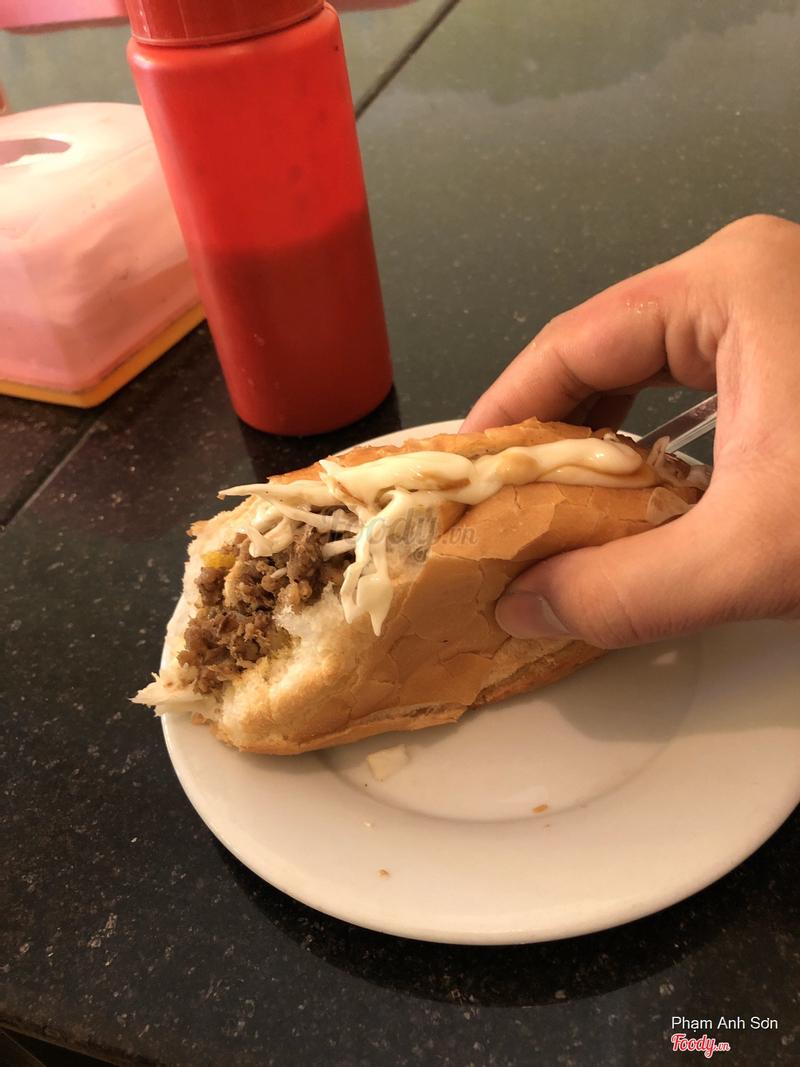 Ở đây mì vịt thì ngon. Nhưng bánh mì thì thực chất là thịt băm ướp theo kiểu húng lìu, cực kì cay, không ngon và hoàn toàn không giống 1 xíu nào so với hình minh hoạ 😪