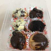 Bánh su kem singapor set chocolate cắn ngập nhân luôn :))