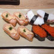 Sushi cá hồi trứng cá tuyết, bạch tuột, trứng cá bay
