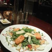 salad rau rocket, mấy miếng vàng vàng nhìn giống... đậu phụ rán là phomai dê đó :D