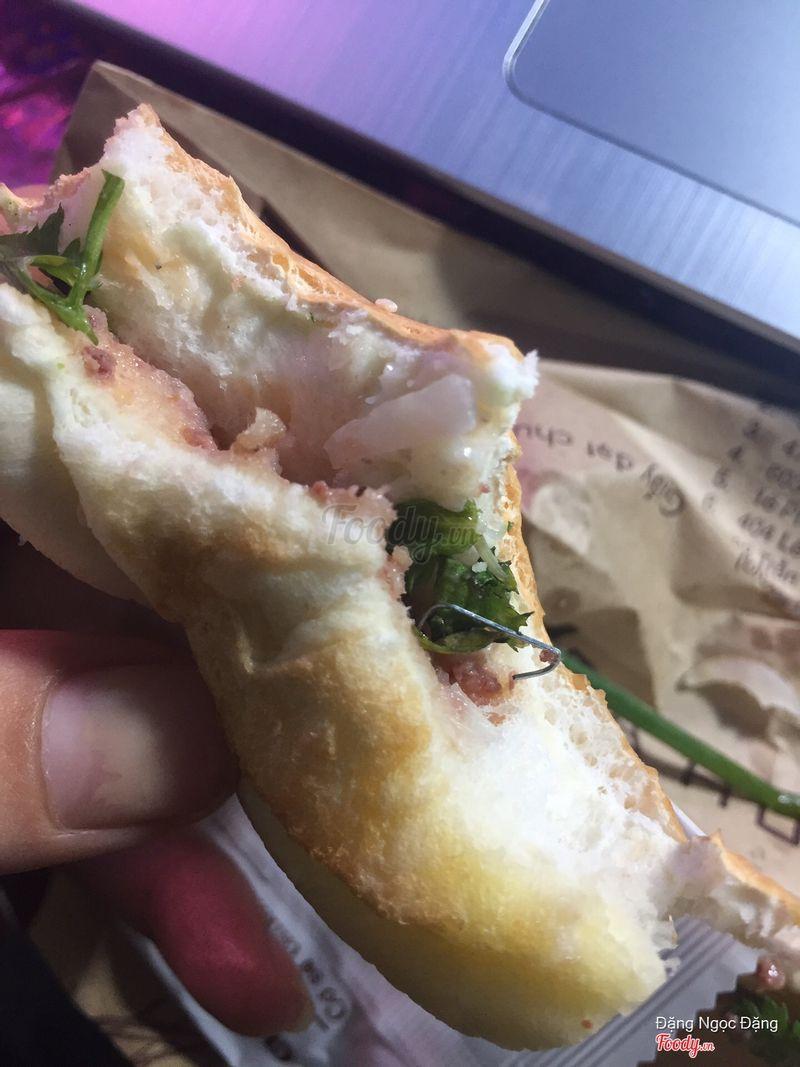 Bánh mì kẹp ghim bấm! Thực tế lúc đầu nó nằm sâu bên trong mà mình đã bóc ra để như thế này