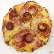 Pizza với dứa, jambong và xúc xích