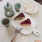 Bánh của quán khá ngon. Tiramisu thơm, kem bánh đc làm từ cream cheese có vị chua nhẹ nên không tạo cảm giác ngấy khi ăn. Bánh mousse Phúc Bồn Tử thì ngon hơn, vị chua nhẹ và có mùi thơm của Phúc Bồ