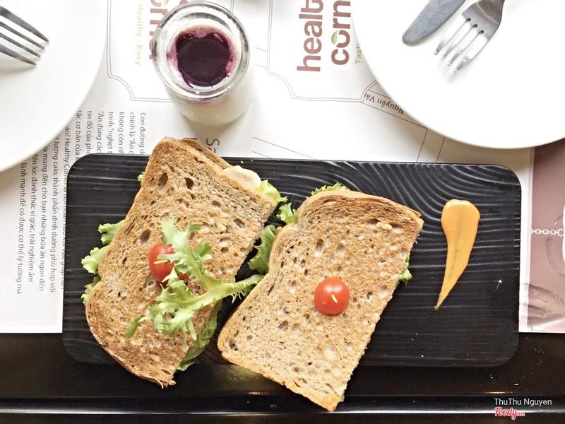 Sandwich gà & sữa chua việt quất