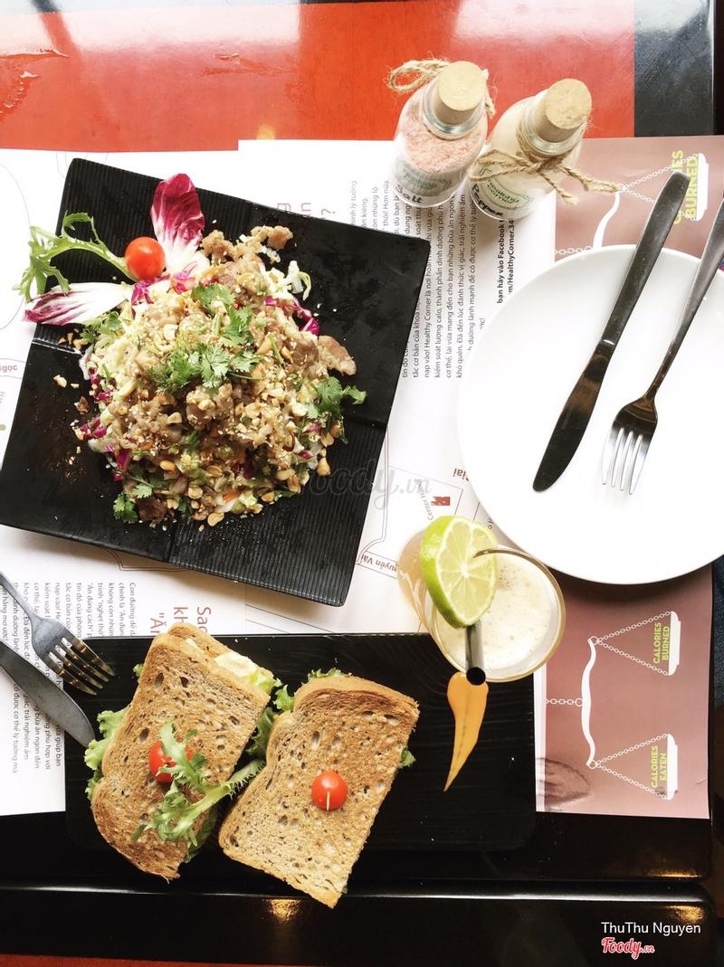 Sandwich gà & salad bò