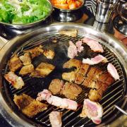 So với giá 190k/ suất buffet thì m thấy cũng tạm đc. Nhân viên phục vụ cũng nhanh, quán cx rộng rãi. Điểm trừ ở chỗ thịt lợn rất nhiều mỡ, gia vị tẩm k thơm, chỉ đc ord 1 lần thịt bò.