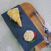 Cheese cake cùng kem tươi, dâu tuoi