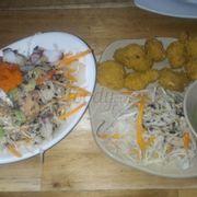 Salad hải sản và sụn gà chiên