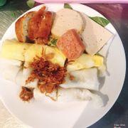 Bánh cuốn thập cẩm (gồm bánh cuốn thường và bánh cuốn trứng ăn kèm với chả, nem và bánh chiên.