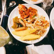 Kimchi hơi mặn, chưa đủ cay, xoài dầm cũng mặn, nói chung đồ chua đa số bị mặn. Ăn với thịt nướng lại càng mặn chứ ko bù vị cho nhau đâu 😒😒