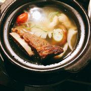 Canh lẩu sườn bò. Vừa vặn, thơm mùi nấm hương và bò hầm. Miếng sườn bò mềm, ngọt. Rất ngon!