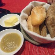 Bánh mì được tặng trong khi chờ lên món