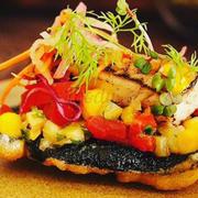 Bánh Taco thăn cá hồng với đế rong biển chiên giòn, đậu hầm và ngô, sốt cà chua tươi và các loại gia vị khác, trông rất ư là hấp dẫn và ăn vị thanh thanh mát mát