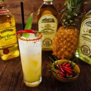 Cotail Eldorado - Uống lạ lạ vị hơi cay cay tê tê lưỡi một chút thôi nhưng uống rồi lại muốn uống nữa. Cocktail tequila có vị ớt, sirô dứa và dâu tây được làm từ quả tươi, cốt chanh tươi.