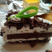 Black Forest. Miếng socola xanh nhìn hơi vô duyên :)) nhưng bánh rất ngon, mềm, ngọt vừa, không quá béo