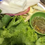 Rau tươi và cực kì nhiều, nước chấm vừa miệng, còn có cả bánh phở, chuối xanh, dứa, dưa chuột thái lát nữa