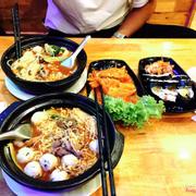 Nhiều đồ ăn + nước mì đậm đà + chả cá siêu ngon