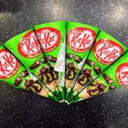 kem kitkat trà xanh: vì kem vị matcha nên ngọt vừa, ở giữa có 1 thanh socola kitkat giống hình trên vỏ. Nên ăn thử để thưởng thức nhưng với m thì k phải kiểu quá ngon để gây nghiện 🍃