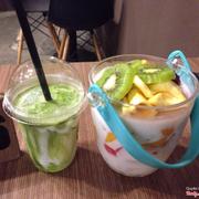 Sữa chua trà xanh và hoa quả dầm xô