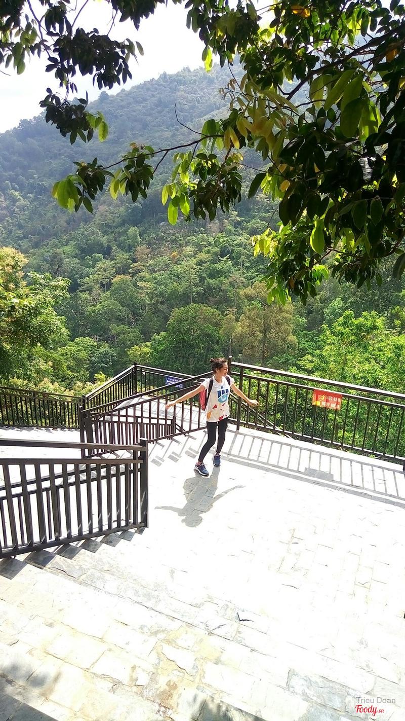cầu thang dẫn lên ga