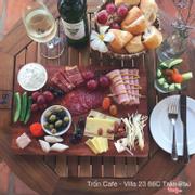 Phần ăn Family Tray gồm bread, các loại cheese, đồ nguội, rau quả và sốt đi kèm của Trốn dành cho 3-4 người ăn có giá 390.000 đồng