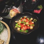 salad cá hồi, bơ, pho mát và trứng cá.