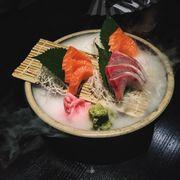 sashimi ba loại cá; cá cam, cá ngừ, cá hồi.