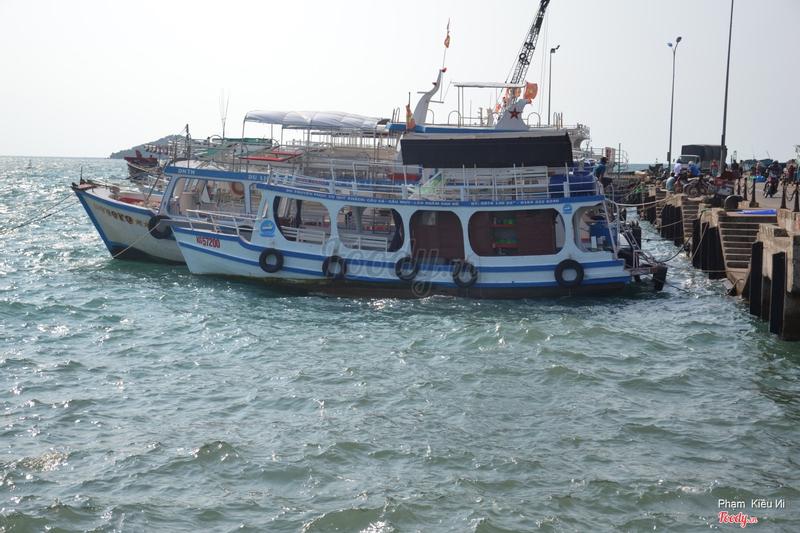 Tàu di chuyển ra Hòn Thơm