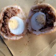 Nguyên cái trứng cút- nhân gồm thịt, cà rốt , v.v.... Ăn ko bị ngán