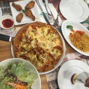 Pizza ngon tuyệt, thích nhất là salat trộn và mì ý rất ngon