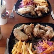Ấn tượng của mình về quán là thoáng mát, sạch sẽ 😌 có máy lạnh 💕 wifi khá mạnh 😌 nhân viên nhiệt tình 😌 nếu bạn đi ăn lần đầu như mình thì sẽ được nhaa viên tư vấn để chọn món 😌💕 Gà nóng, giòn, ngon 💕 bột phô mai nhiều 💕 khoai tây cũng vậyyy 💕😌 có điều đồ ăn ra hơi lâu tí 😭 nhưng đáng để đợi 😌💕 mình đi 2 người ăn 2 combo như trong hình 💕 no ứ hự luônnn 😂 cỡ 3 người ăn cũng được 😂mình ăn 2 người như vậy là hết 224k nhưng được giảm 10% còn 202k 😂 chắc tại quán mới mở 😌💕 nhà vệ sinh của quán cũng sạch 😌 quán cũng có nhiều góc chụp nghệ nghệ cho mấy bạn thích chụp hình 😂💕 nói chung mình thấy quán rất tốt 💕 sẽ ghé lại lần nữa 💕