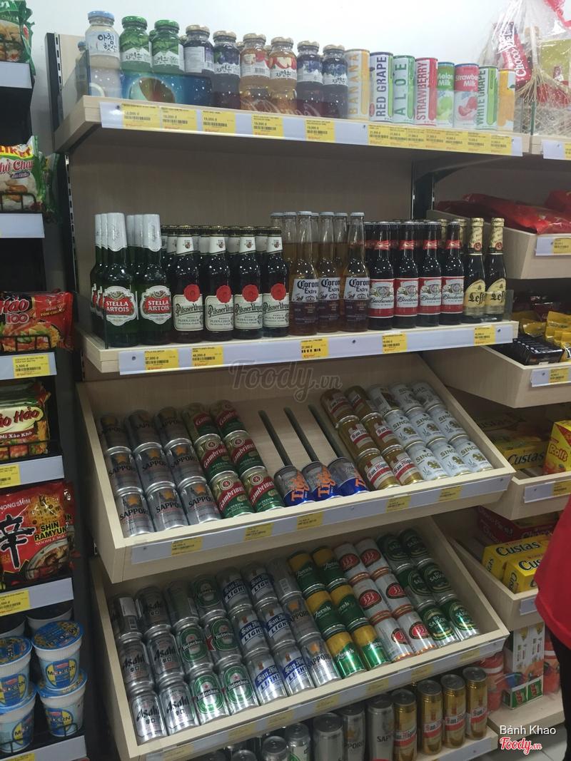 Rượu bia rất nhiều loại, nước lon Hàn Quốc cũng nhiều hơn mấy siêu thị tiện ích khác.