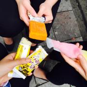 Giá 1 cây dao động từ 25-35k. Toàn kiểu kem đặc sệt chất Hàn mà vẫn thấy trong phim ý.