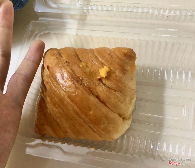 Bánh hơi nhỏ huhu, tuy size này vừa ăn. Nhưng so với giá thành thì lại hơi đắt, tính ra 17k 1 cái mà mình mua bên mia cũng giá này mà cái bánh đúng gấp đôi luôn. Ăn giống hệt không khác gì :(