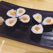 Cơm cuộn cá hồi phomai