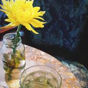 Ngoài mục đích chụp ly trà đá với lọ hoa, còn thấy được hoa văn của bàn ghế nữa nhen