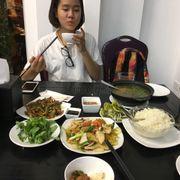 Mực xào tỏi, hàu nướng mỡ hành (3con), thịt rang, canh ngao chua (full ngao) chỉ thế thui no căng rốn~ còn thừa nữa @@ Giá thì chỉ hơi mắc chút xíu nhưng đổi lại thức ăn thực sự ngon~~~