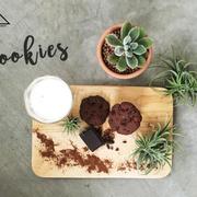 Bánh cookies chocolate trên mặt có hạt cacao rang giã nhuyễn. 31,000 50grm, dùng kèm với sữa tươi không đường sẽ có giá là 39,000. Sữa tươi sẽ làm cân bằng lại vị đắng một cách tuyệt vời.