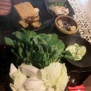 """Kowloon-buffet Dimsum và Lẩu Hồng Koong.Quán này nằm ở Phạm Ngọc Thạch.Không gian bình thường,lẩu bình thường chỉ có dimsum là ngon ý :"""">.Giá chưa kể VAT là 189k/ng."""