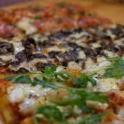 Pizza cắt lát. Có thể chọn một lúc nhiều loại khác nhau. Đế bánh giòn.