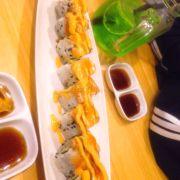 Sushi giá bình dân dao động từ 35-45k 1 set , 2 đĩa mình gọi là sushi bò có cheese với cgi nữa ý quên r 😂 nhưng ăn bthg thui ko ngon mấy, ko gây nghiện
