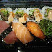 Sushi viên bò, cá ngừ, cá hồi, trứng tôm,rong biển