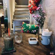 Lối lên tầng trên, bàn trong góc