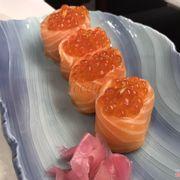 sushi cá hồi cuộn cơm
