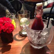 """Đây là chai """"củ dền đỏ"""" ép với các loại củ quả khác. Viên đá tròn trong ly rất dễ thương."""
