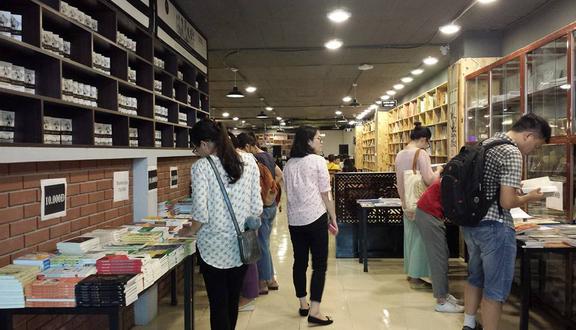 Không Gian Văn Hóa Đông Tây - Book Store