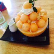 Bingsu dưa Hoàng kim món này là món mới của quán, ăn ngọt thanh màu vàng hoàng kim bắt mắt, kem đá bào mịn và béo, nước sốt thơm mùi dưa ;₫