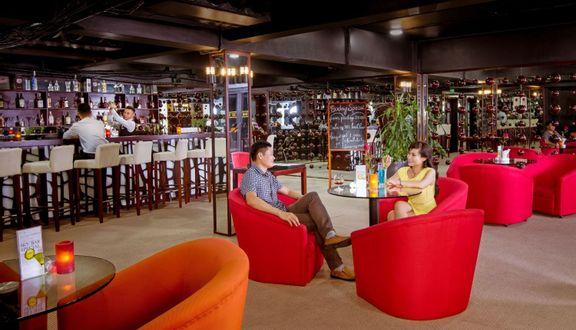 bàn ghế màu đỏ, người ngồi uống cafe