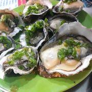 Hàu nướng mỡ hành, k có hành khô + lạc như ở Hà Nội nhưng ăn cũng ngon. Thịt cực nhiều, ăn đã k chịu đc